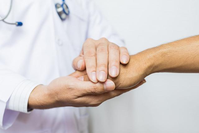 Дрожат руки при волнении (тремор): как лечить, причины