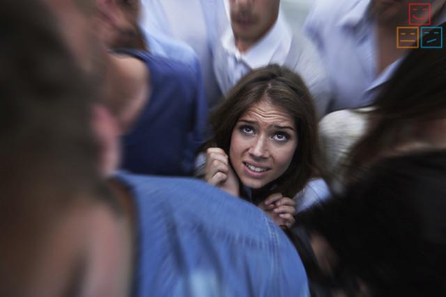 Боязнь толпы (скопления людей): как называется фобия, причины и коррекция